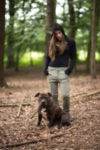 portret in bos met hond